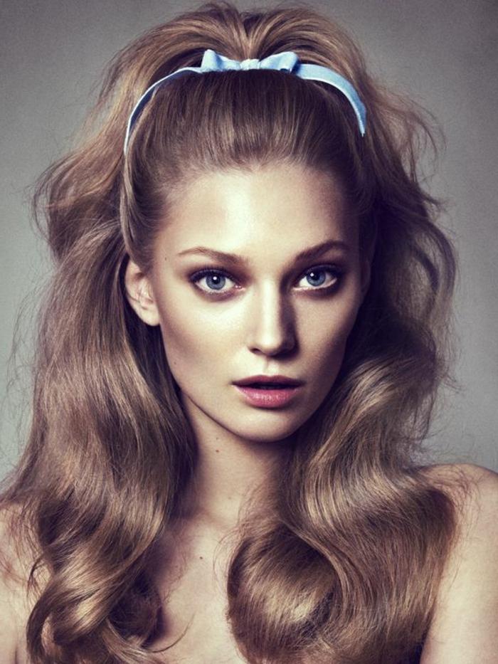look années 60, une coiffure avec diadème bleue, cheveux épais