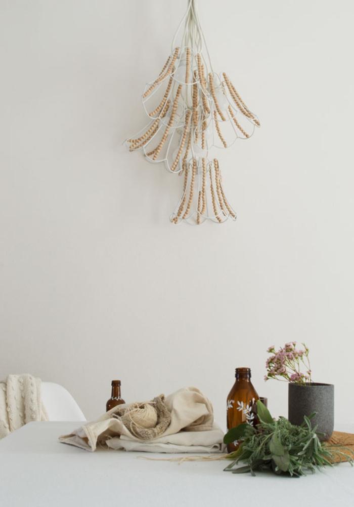 lustre imposant décoré de perles bois, déco à inspiration scandinave