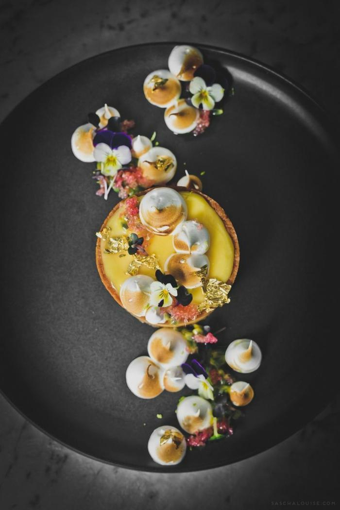 Comment présenter un dessert sur assiette inspiration arrangement adorable avec meringues et fleurs