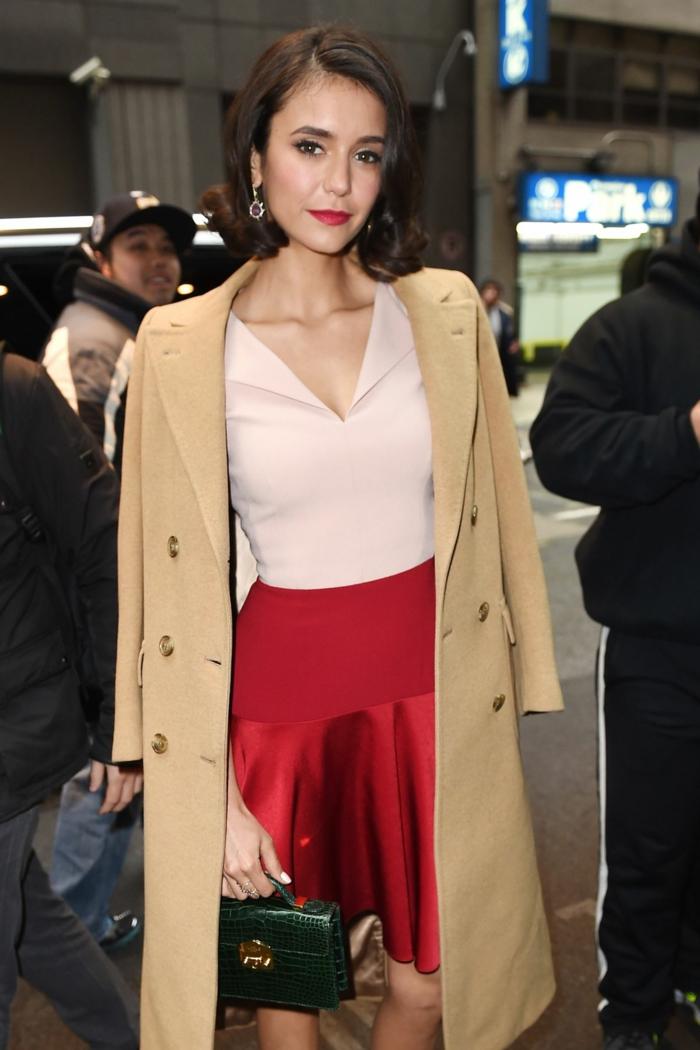 Nina Dobrev manteau carmel long robe valentino rouge magnifiqu