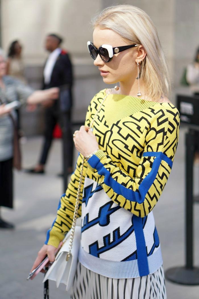 tenue pour les cours pull coloré et une jupe