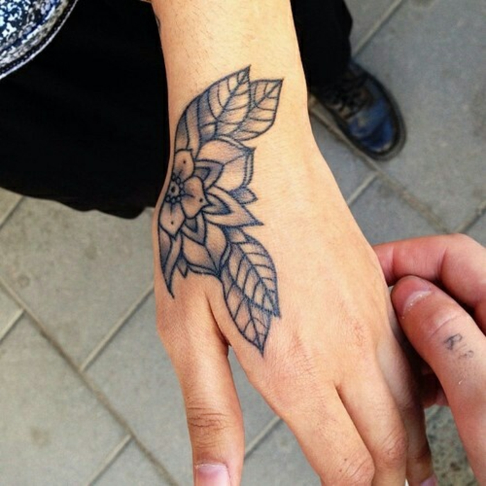 Le tatouage fleur poignet tatouage couleur femme lotus