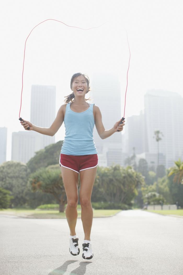 sport pour femme, shorts rouge femme, corde à sauter rouge, exercice pour maigrir, baskets blancs, nature