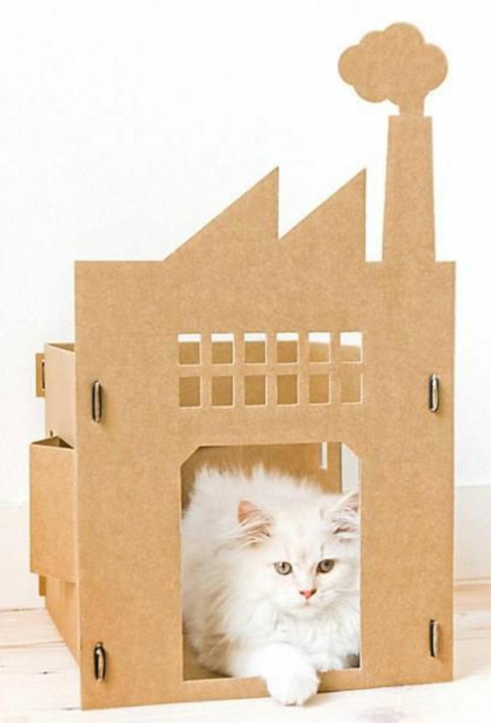maison de chat en carton, chateau original et jolie chatte blanche