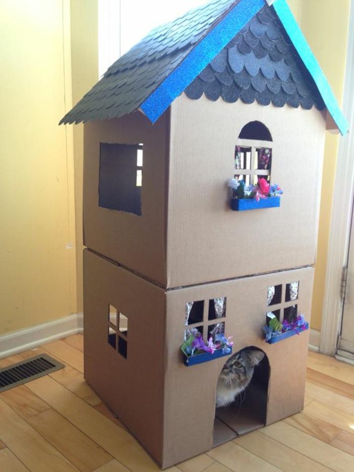 maison en carton pour chat, jardinières aux fenêtres et toiture bleue