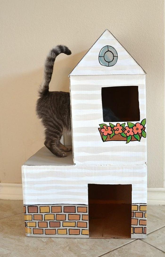 maisonette pour chat avec des fleurs dessinées et un petit chaton