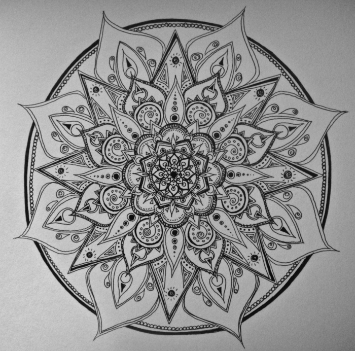 faire un mandala, coloriage mandala, cercles, motifs floraux, mandala blanc et noir