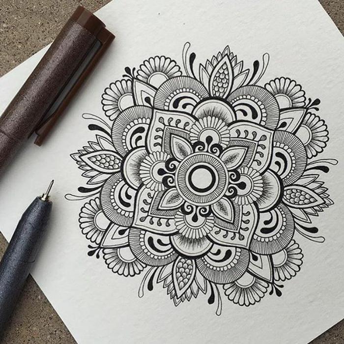 coloriage de mandala, comment faire une rosace, mandala blanc et noir, crayons, schème mandala