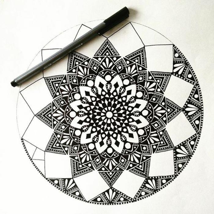 comment faire une rosace, motifs géométriques, triangles, cercles, crayon noir, feuille blanche, mandala à colorier