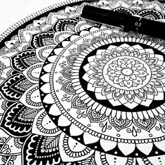 comment faire une rosace, mandala blanc et noir, papier blanc, motifs floraux, volutes, feuilles