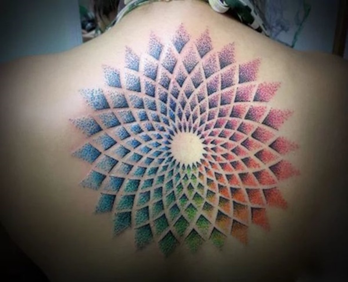 tatouage graphique rosace dotwork points couleurs tattoo dos femme