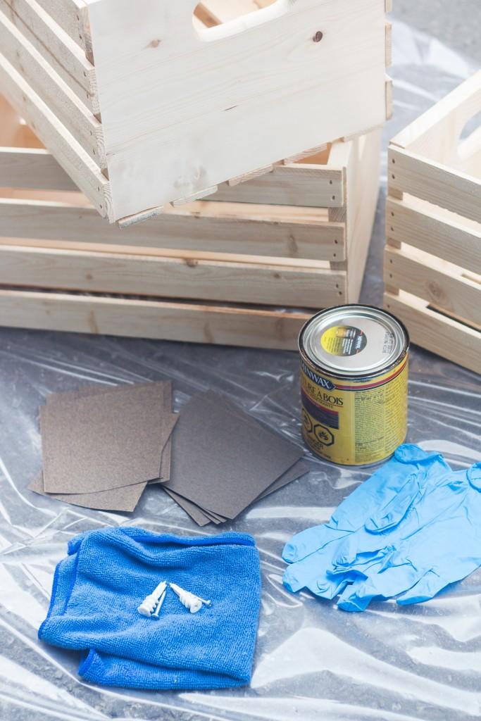comment fabriquer une étagère en cagette avec des caisses en bois polis, papier de verre, teinture pour bois, chiffon, gants en plastique