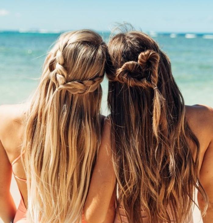 comment faire une tresse, tutoriel et idées de coiffure tresse, meulleures amies sur la plage, femme blonde et brune, tresse epi et tresse africaine en forme de coeur