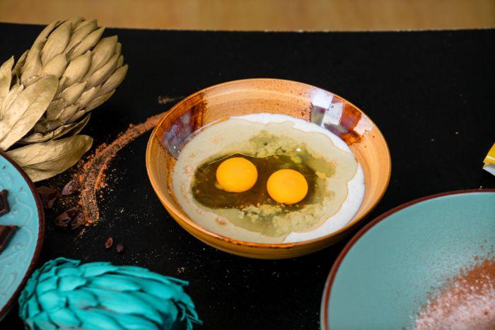 oeuf, lait et sucre de coco dans un bol, recette cupcake sans gluten avec farine de blé entier