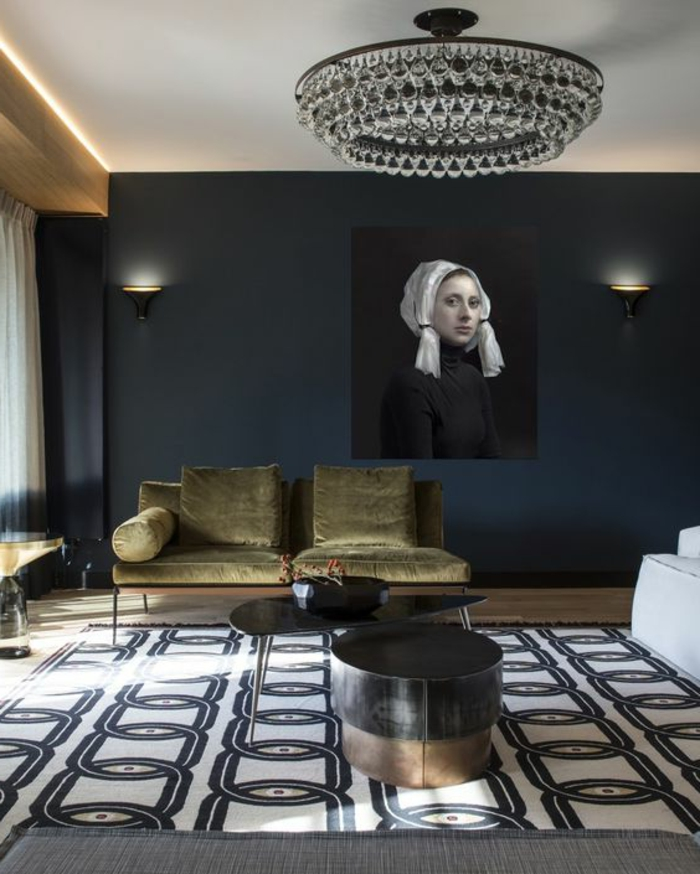 meuble art deco, plafonnier rond pampilles, appliques murales, sofa vintage, tapis graphique