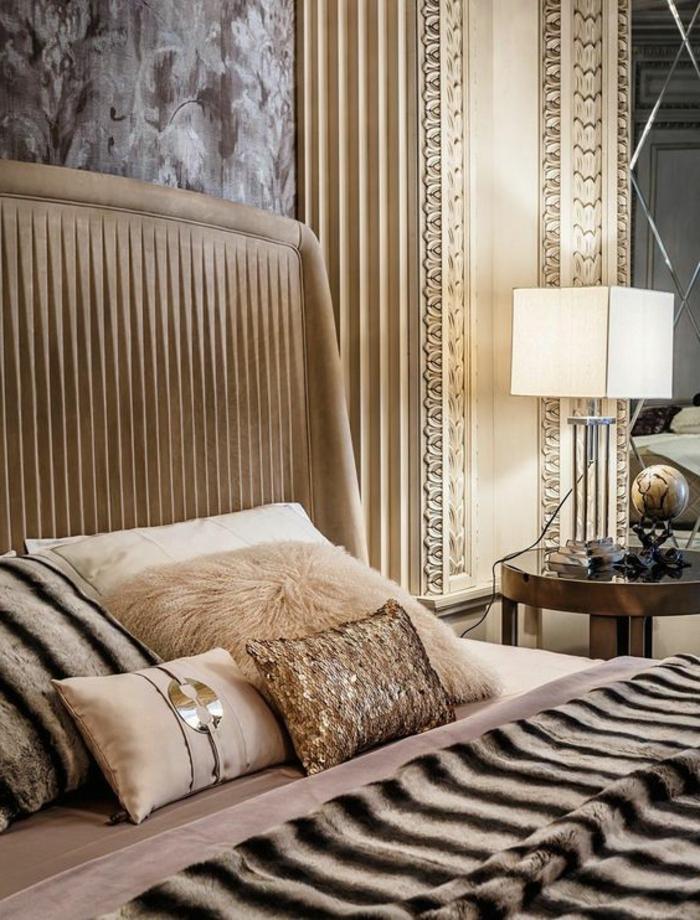 meuble art deco, petite table ronde, coussins beiges, plaid de lit fausse fourrure