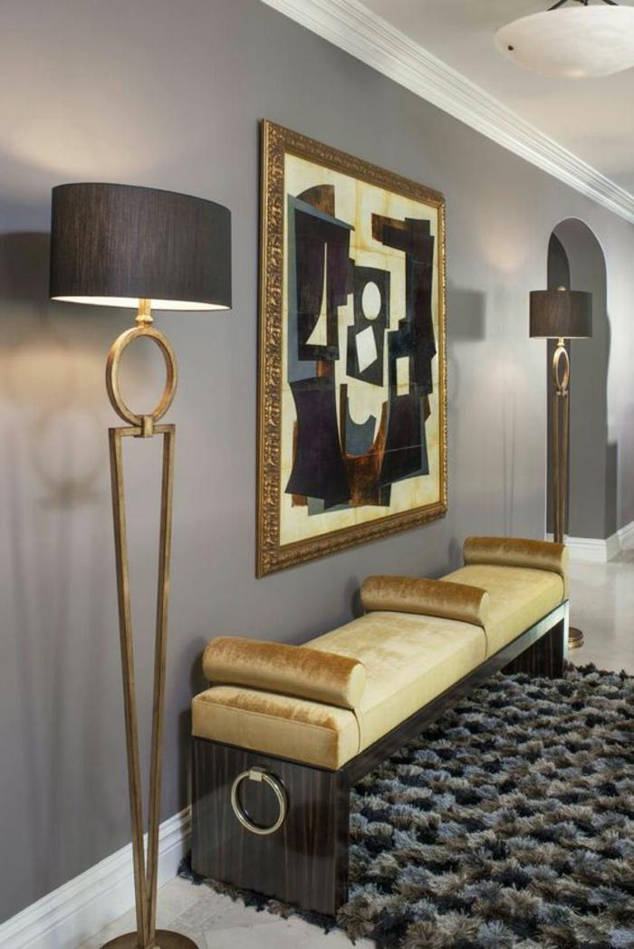 meuble art deco, lampes de sol, banquette près du mir, tapis moelleux, peinture abstraite