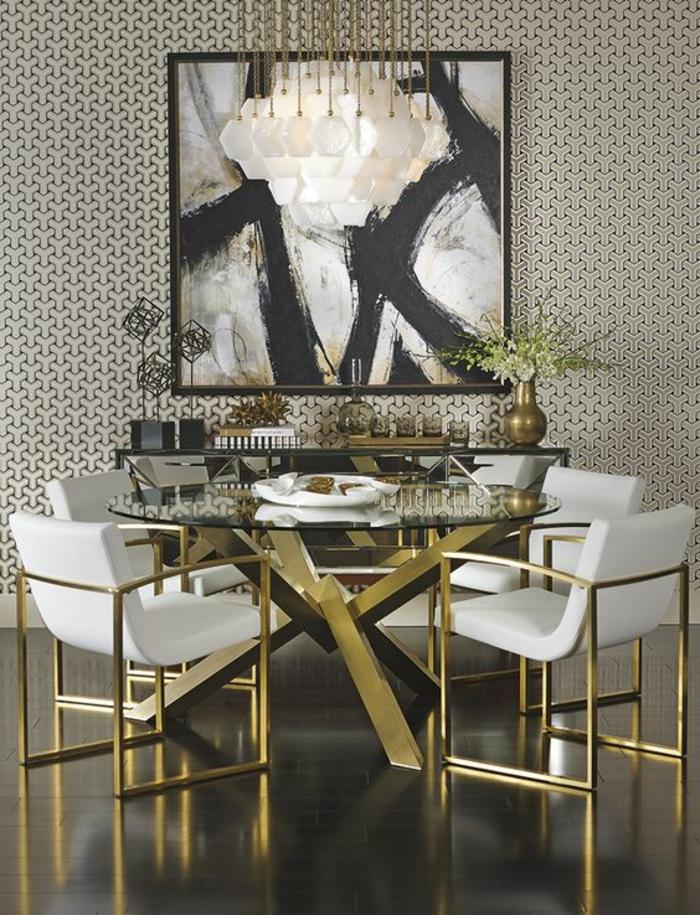 meuble art deco, plafonnier blanc, table en verre et piètement doré, papier peint géimétrique