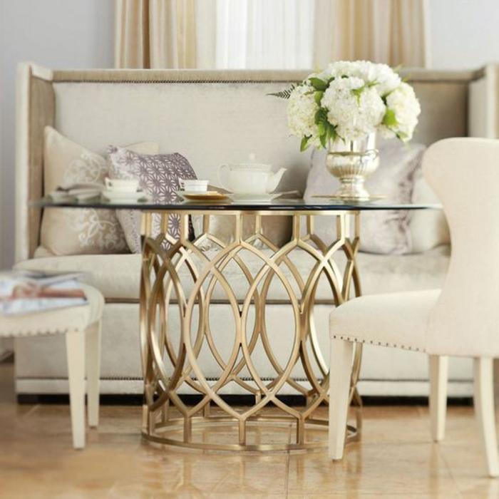 meuble art deco, sofa couleur crème, deux chaises couleur blanche, vase avec des fleurs