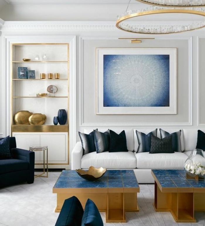 meuble art deco, tables basses bleu et doré, chandelier rond, coussins déco, étagère intégrée