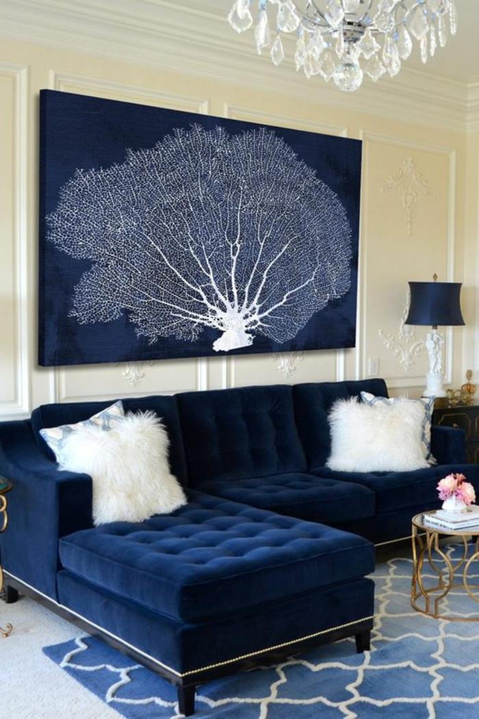 meuble art deco, sofa bleue capitonnée, lustre à pampilles, peinture abstraite arbre
