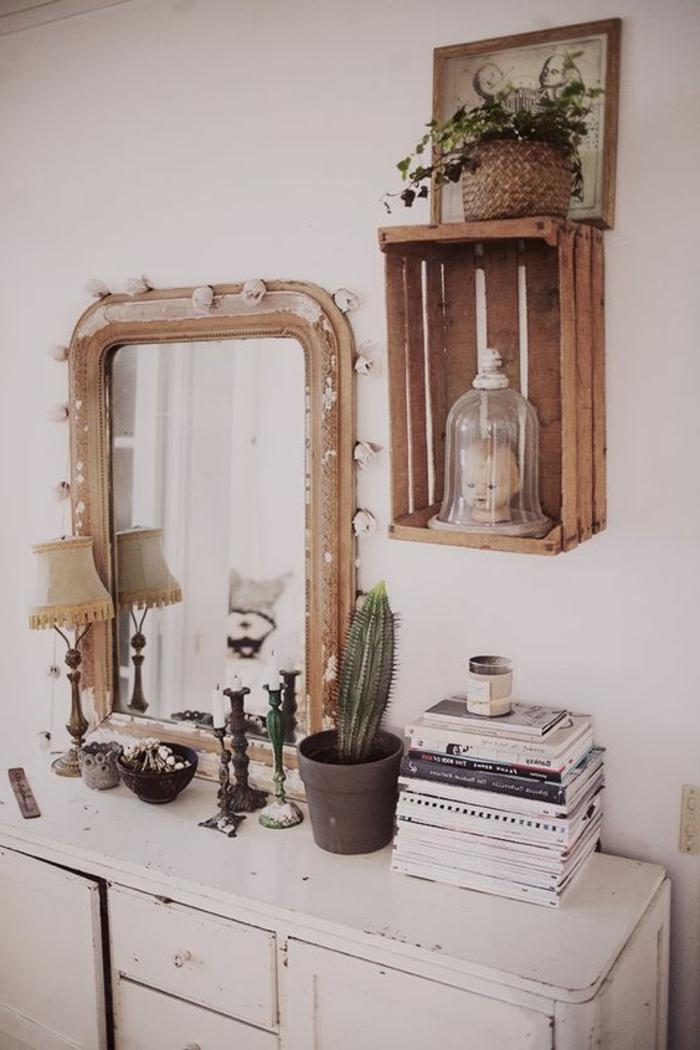 cagette bois transformée en etagere murale recup, accent déco intéressant, plante, cadre dessin, pile de livres, lampe, chandeliers vintage sur une coiffeuse en bois vintage, grand miroir