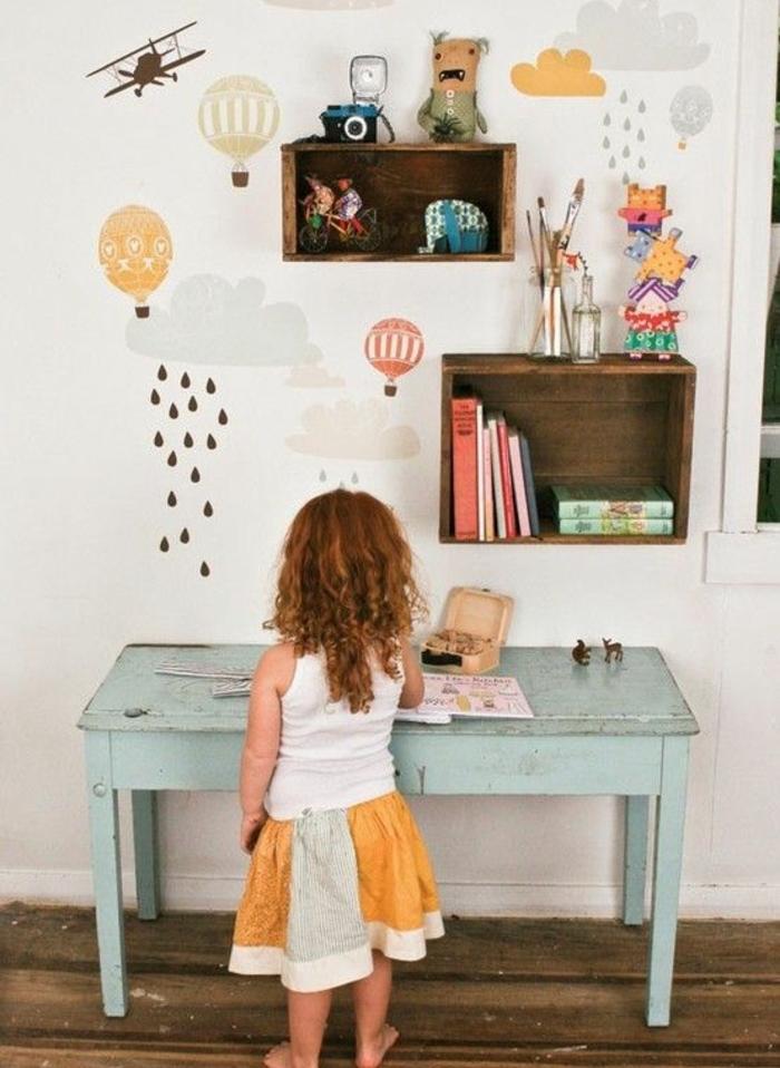 idée de meuble en cagette dans la chambre enfant fille, étagères en bois brut pour ranger jouets et livres, deco murale dessins, table vintage vert