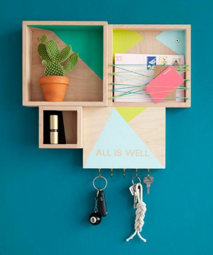 etagere cagette, fond de cagette repeint, triangles multicolores, plantes vertes, porte clés, pot de fleurs, cactées, mur bleu canard