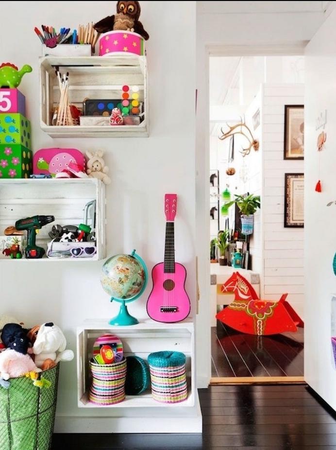 etagere cagette dans une chambre enfant fille, petits rangements muraux pour jouets et decorations chambre enfant, parquet marron