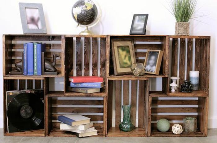 meuble en cagette, rangement livres, photos, vinyle, globe terrestre, vase de fleurs, décorations, idée déco salon recup