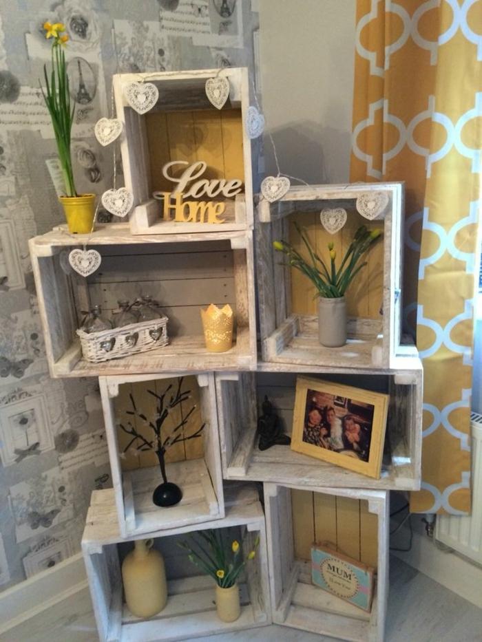 meuble en cagette, rangement déco, photo de famille, accessoires décoratifs, plantes, guirlande en papier, papier peint paris