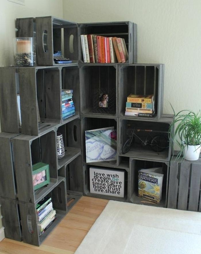 exemple de projet avec des caisses en bois, meuble d angle en cagette, livres, décorations, photo bebe, tapis blanc, idee deco salon recup