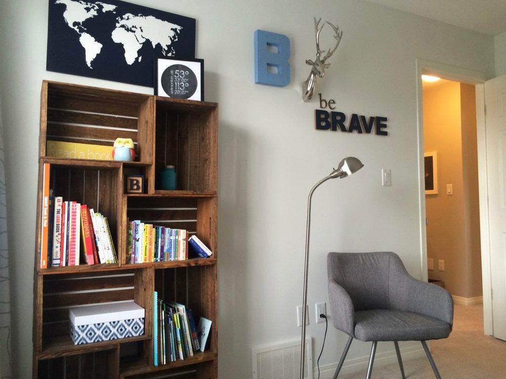 meuble en cagette de bois, des caisses rangés sur l horizontal et sur le vertical, plusieurs caisses repeintes en marron, rangement livres, accessoires deco