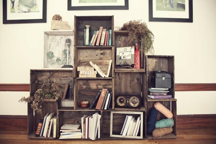meuble en cagette vintage, bous brut, assemblage de caisses pour ranger des livres, plantes, accessoires deco retro chic