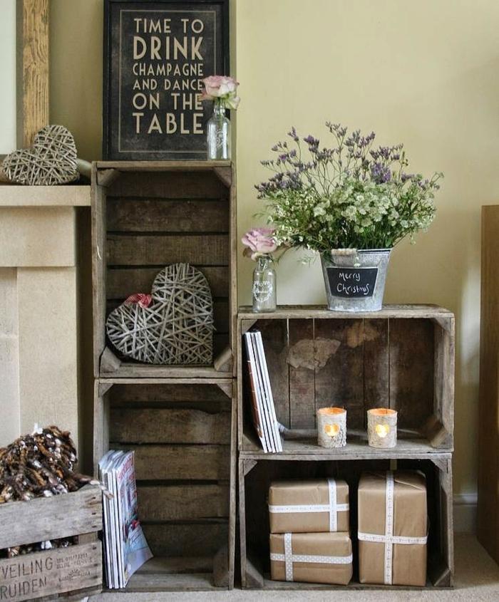 exemple interieur recup, cagette bois aspect brut, bouquet de fleurs, décorations, bougies, magazines, interieur style champetre chic