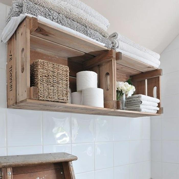 etagere cagette dans une salle de bains rustique, rangement rouleaux de papier toilette, serviettes, plantes, panier, salle de bain rustique, carrelage blanc