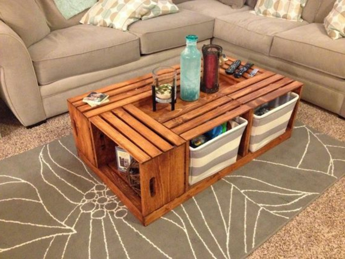 caisses en bois, assemblées, table basse, rangement paniers de rangement, déco table intéressante, tapis, canapé gris