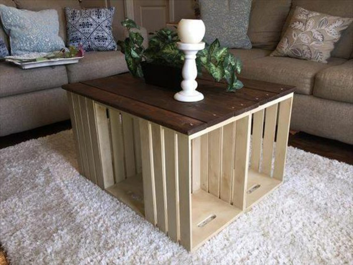meuble caisses en bois, plateau planches en bois marron, tapis blanc, canapé gris, plante, chandelier, mobilier recup