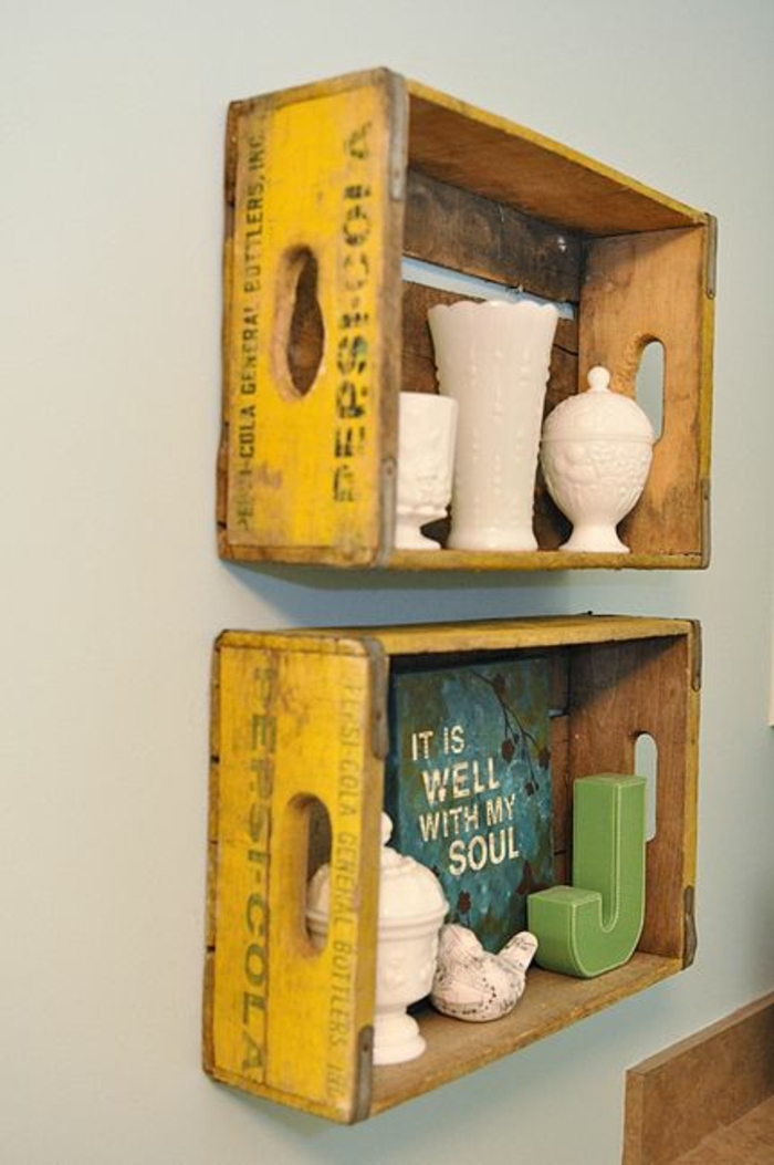 meuble en cagette, etagere jaaune, deux caisses de boix, vaisselles décorative, plaque vintage, lettre décorative colorée