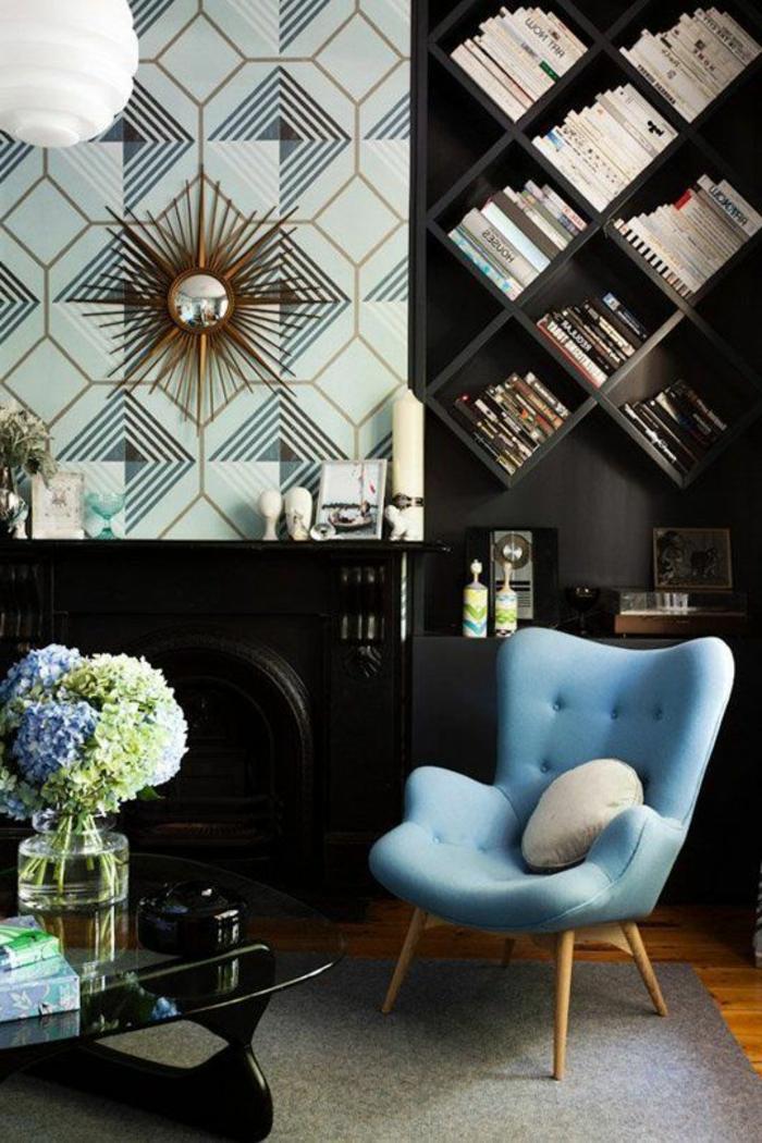 meubles art deco, papier peint turquoise, étagère noire, fauteuil bleu, vase avec des fleurs