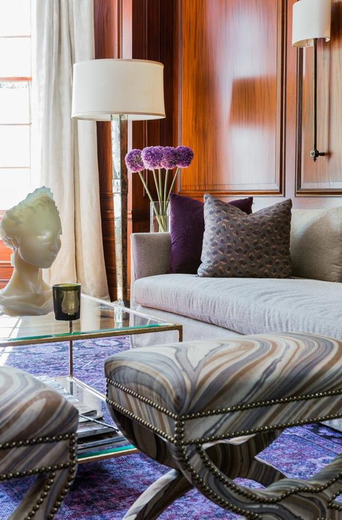 meubles art deco, table en verre, lampe de sol, décoration florale, tapis bleu