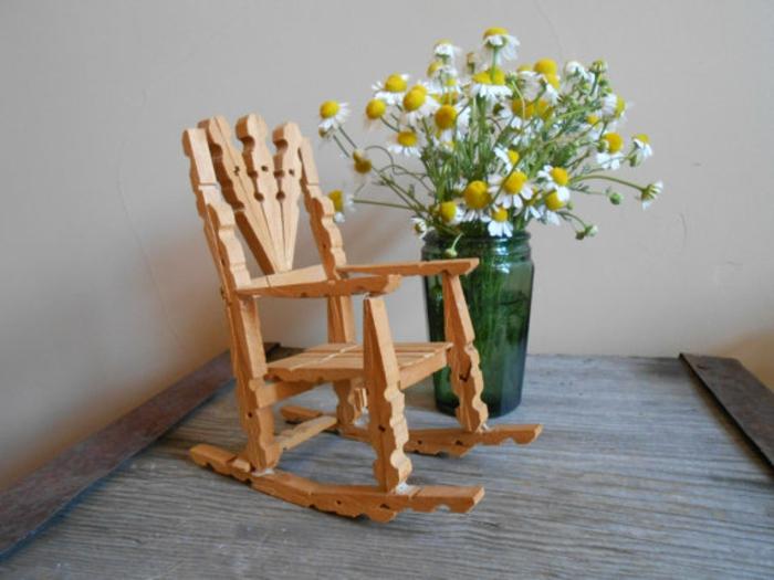 une jolie mini chaise en pinces à linge recyclés réalisée en quelques minutes, que faire avec des pinces à linges en bois