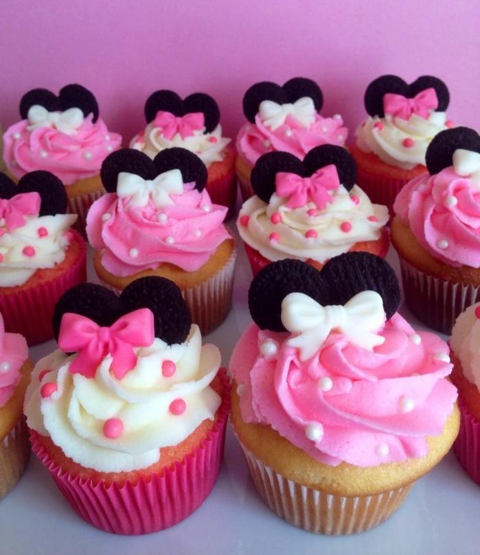 recette cupcake anniversaire fille, minnie mouse, pâte à la vanille, decoration crème au beurre, rubans, biscuits en guise d oreilles, perles comestibles