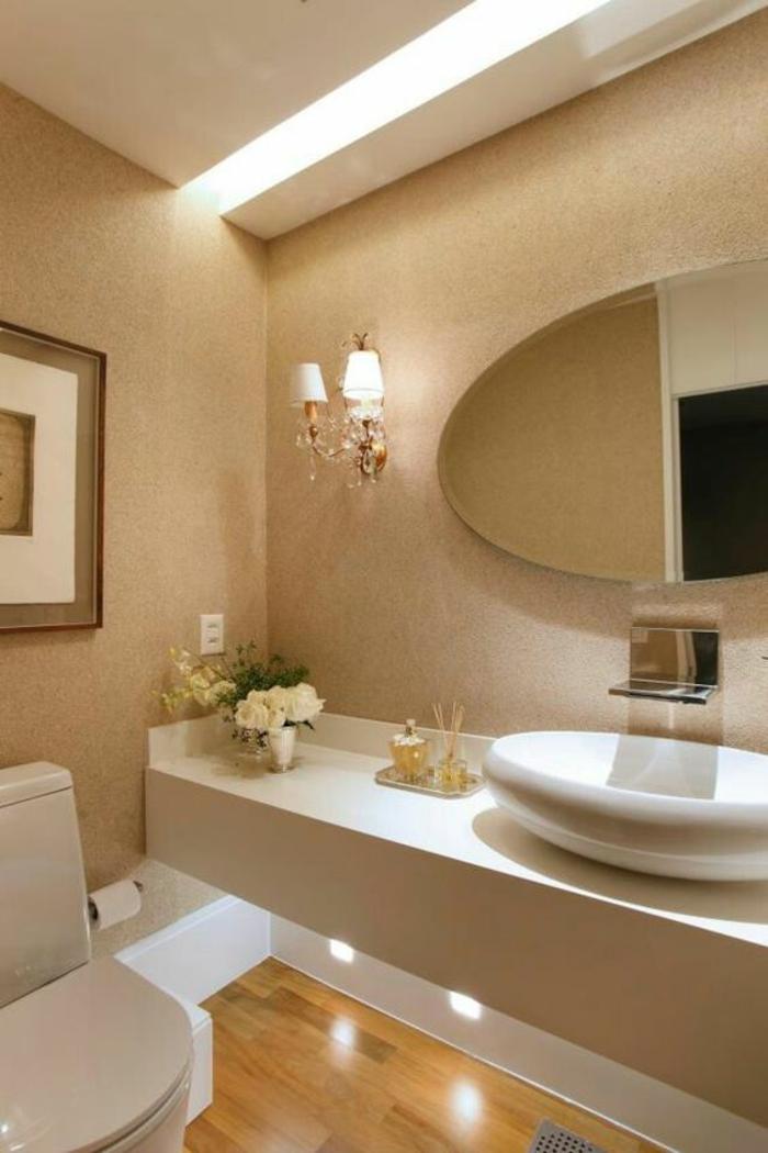 miroir de salle de bain lumineux avec lavabo ovale et déco classique