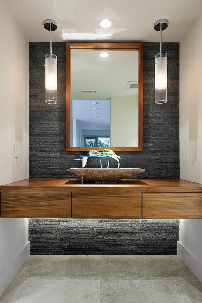miroirs salle de bain lumineux en gris, blanc et marron deux luminaires en métal et en verre
