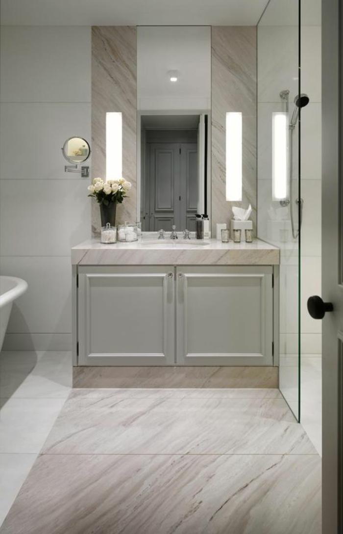 miroir lumineux de salle de bain de style classique revetement carrelage imitation marbre