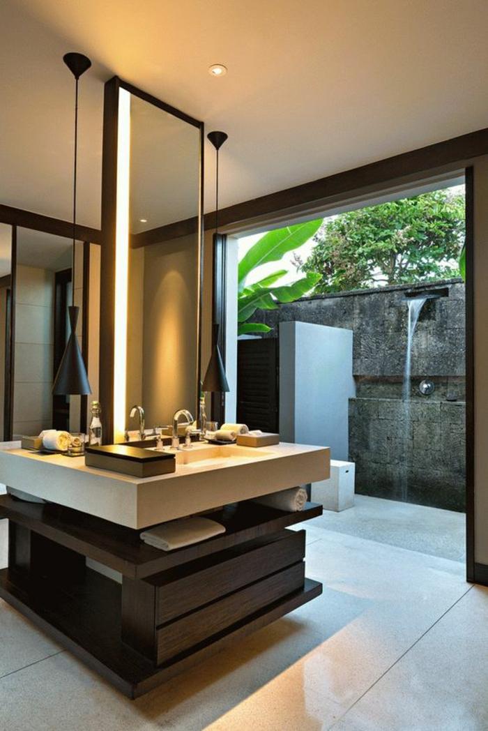 miroir lumineux salle de bain rectangulaire disposé en hauteur