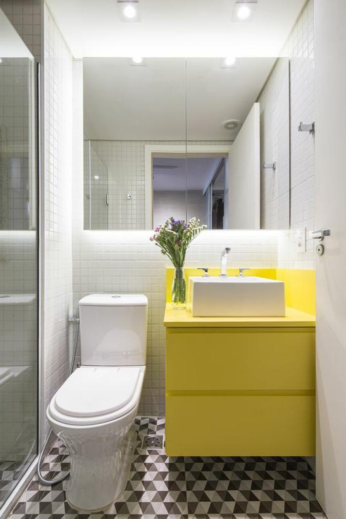 miroir salle de bain éclairant de forme carrée avec meuble suspendu en jaune