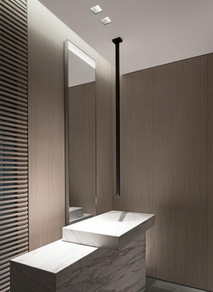 miroirs salle de bain lumineux de forme haute et étroite avec des éléments déco cubiques