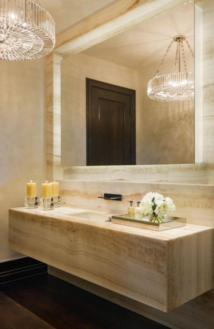 miroir salle de bain éclairant dans une ambiance chic marbre et grand lustre rond
